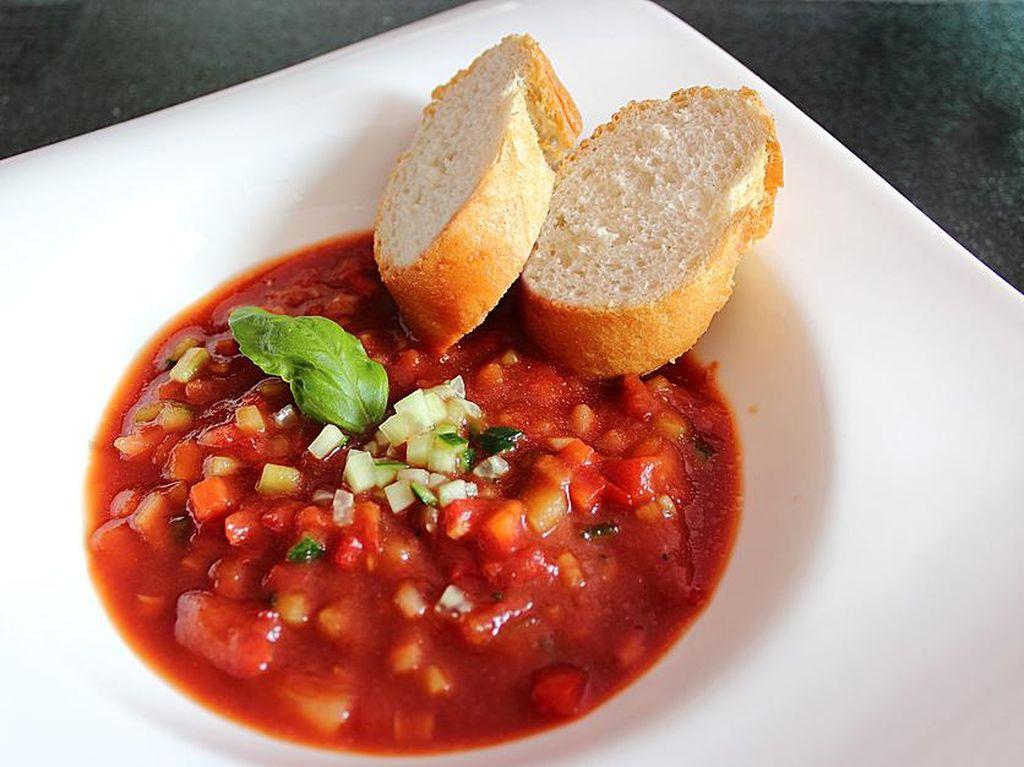 Spanyol terkenal dengan tapas dan seafood. Anda juga bisa mencicipi Gazpacho, sup tomat dingin yang asam segar dan biasanya disajikan dengan irisan ham Iberico.Foto: Istimewa