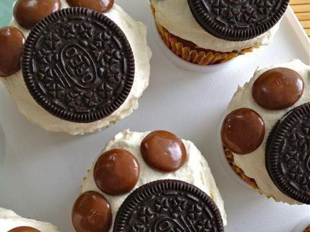 Yang ingin telapak anjing, gampang dibuat. Cukup olesi cupcake dengan krim lalu tempelkan biskuit Oreo dan permen cokelat sebagai tapak kaki.Foto: Istimewa