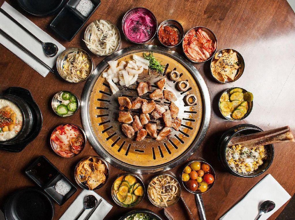 Korea memiliki Korean BBQ, yaitu daging panggang yang sebelumnya telah dibumbui dengan saus khusus. Dinikmati hangat dengan semangkuk nasi panas, salad sayuran dan juga kimchi. Foto: Istimewa