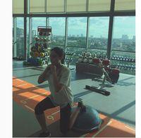Di foto lainnya, Tatjana juga menunjukkan kebahagiaannya bisa latihan di gym bersama pelatih pribadi. Ia menganggap latihan tersebut sebagai suatu investasi. Foto: Instagram/tatjanasaphira