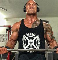 Rutin nge-gym memang dilakukannya sejak masih aktif sebagai pegulat profesional untuk WWE. Untuk memperoleh lengan kekar, latihan angkat beban menjadi olahraga utamanya. (Foto: instagram/@therock)