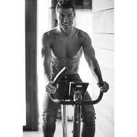 Di laman instagramnya @cristiano, banyak foto Cristiano Ronaldo yang sedang berolahraga. Salah satunya adalah mengendarai sepeda statis. (Foto: instagram/@cristiano)