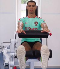 Angkat beban menjadi menu latihan utama untuk mengencangkan otot tubuh bagian bawah. Latihan ini biasa dilakukan Cristiano Ronaldo saat memasuki musim kompetisi La Liga bergulir. (Foto: instagram/@cristiano)