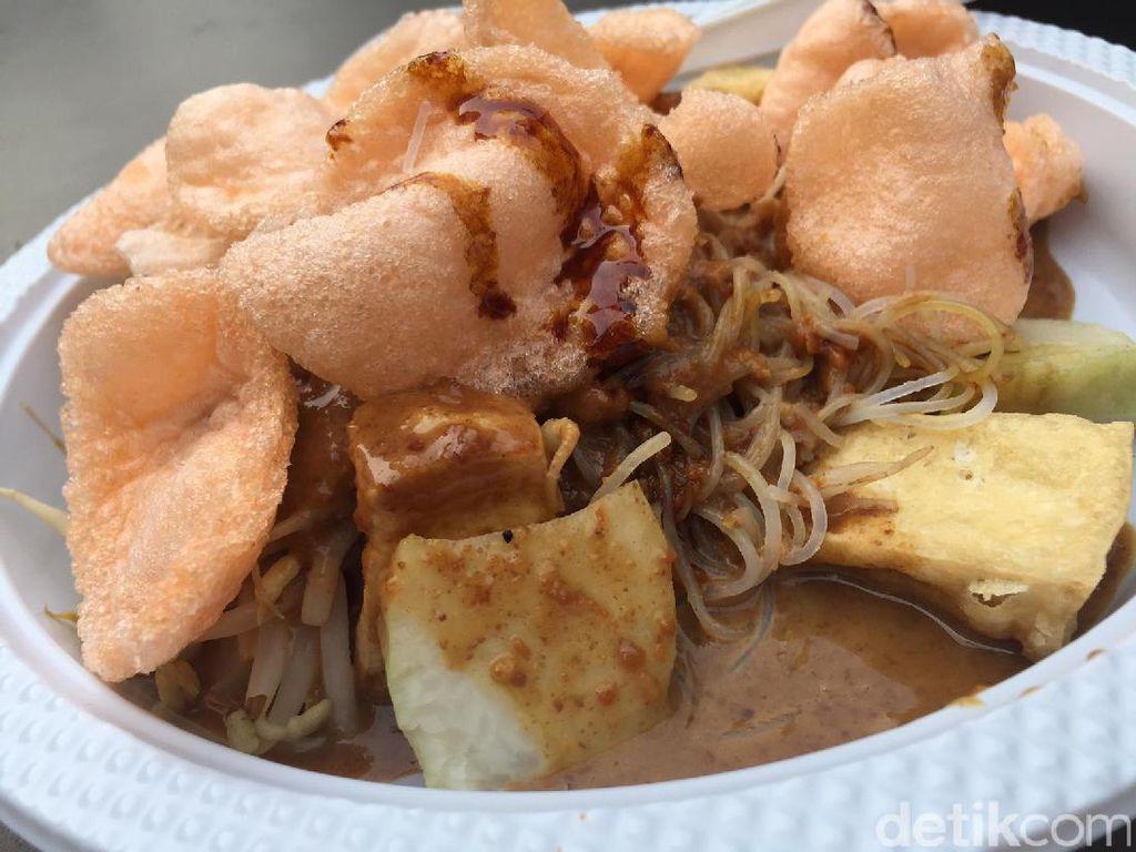 Selain kupat tahu Gempol, Anda juga bisa memesan ketoprak gaya Jakarta. Disajikan dengan porsi sedang.Foto: detikfood