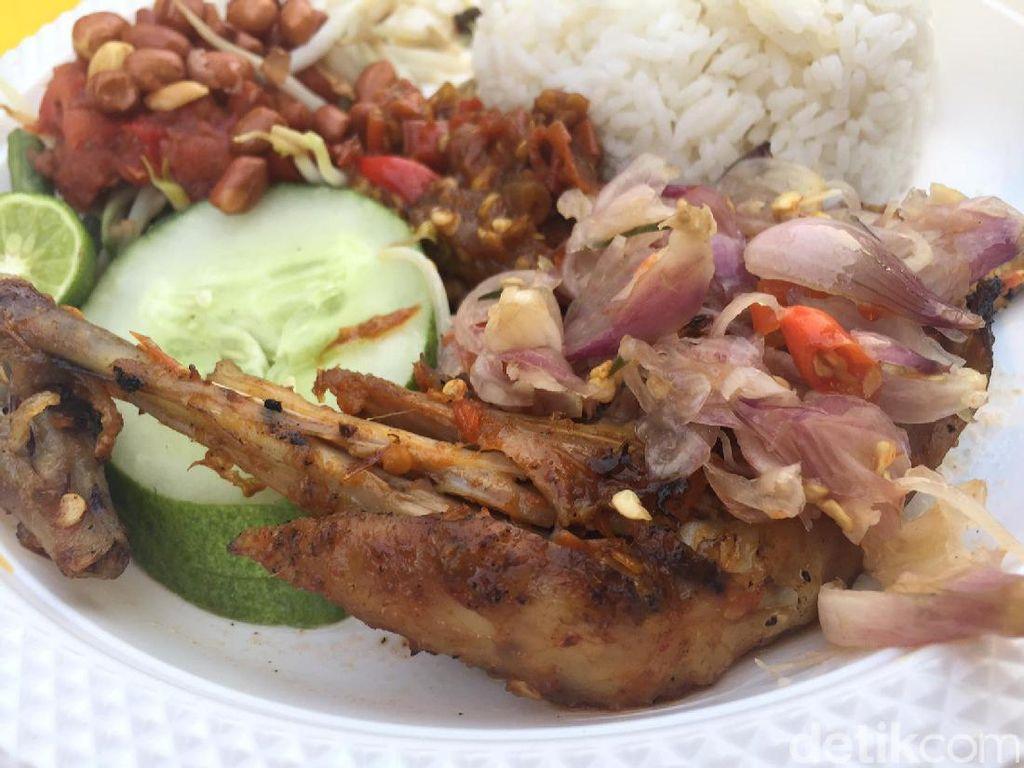 Kalau mau yang lebih pedas, bisa ke gerai Nasi Bali Made. Nasi ayam panggang dengan sambal rawit, lalap, pelecing dan sambal rawit super pedas.Foto: detikfood