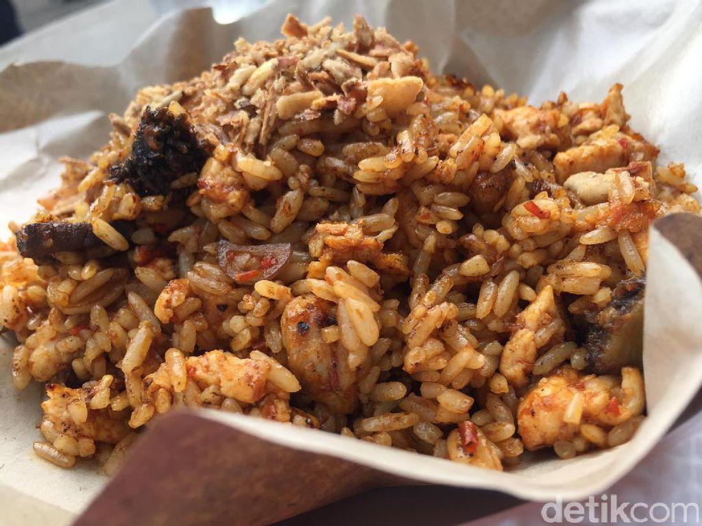 Nasi goreng Otokowok komplet gaya Jawa Tengah ada di sini. isiannya jeroan sapi dan ayam. Bumbunya gurih, pedas dan sedikit manis!Foto: detikfood