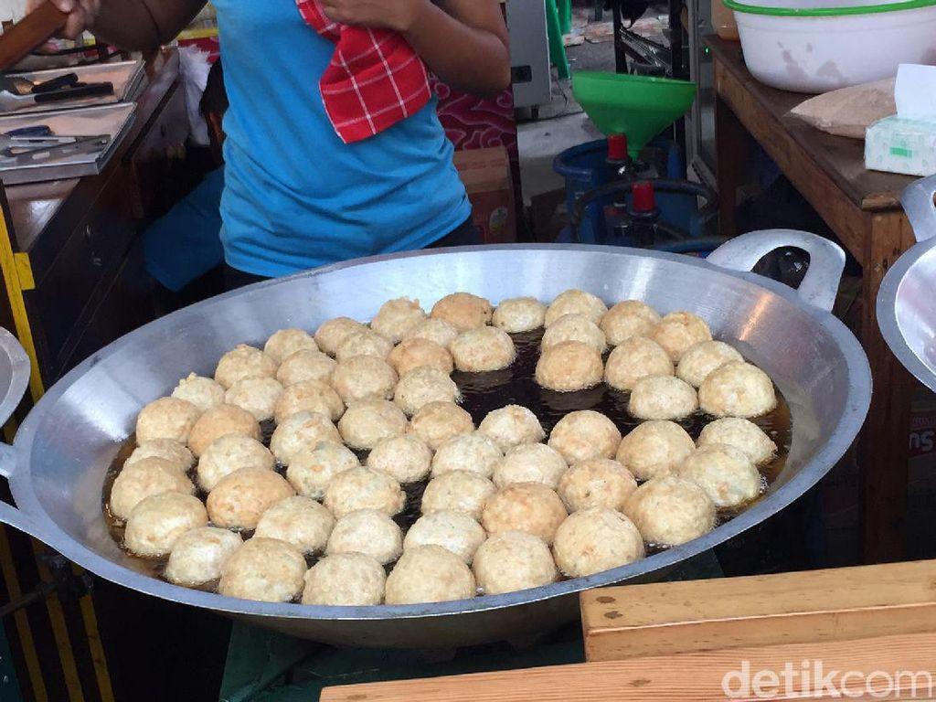 Selain itu ada juga bakso goreng jumbo yang selalu dibuat segar dan disajikan panas mengepul.Foto: detikfood