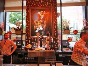 Keren dan Seru! Begini Suasana dan Makanan Serba Cheetos di Resto Pop-up Ini!