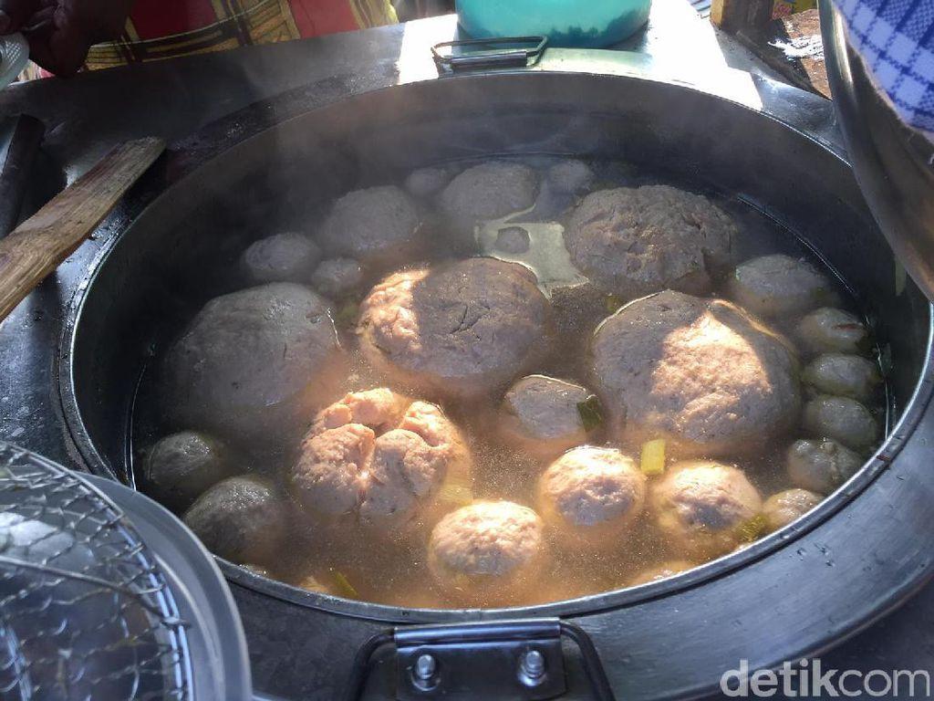 Bakso Plekenut Dewaruci Ci Cemplung Cirebon ini punya bakso jumbo nledek, bakso mangkok bajso iga hingga bakso sapi. Semuanya disajikan panas mengepul!Foto: detikfood