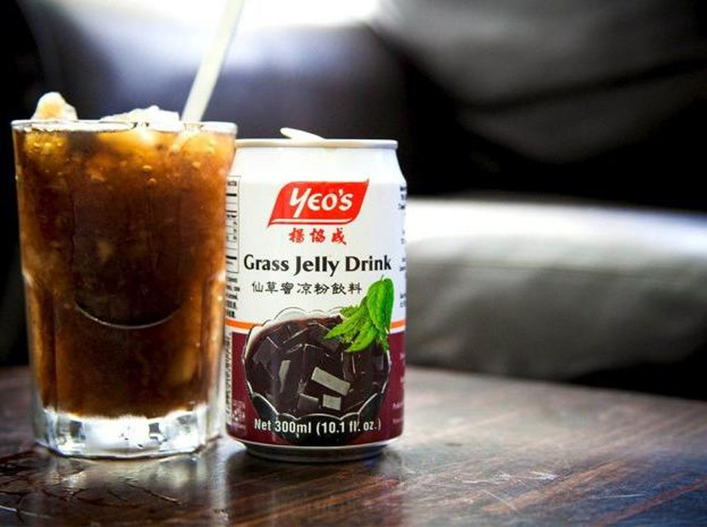 Minuman dari Malaysia ini dibuat dengan grass jelly atau cincau. Yeos Grass Jelly Drink memiliki rasa yang lembut dan sedikit pahit. Foto: Istimewa