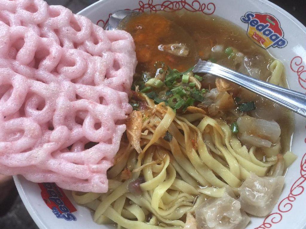 Kalau belanja oleh-oleh di Kartika Sari, harus mampir di gerobal mie kocok Mang Encu. Porsinya kecil, kuahnya bening dan kikilnya empuk. Kerupuk merah jadi pelengkap wajib mie kocok ini.Foto: Istimewa