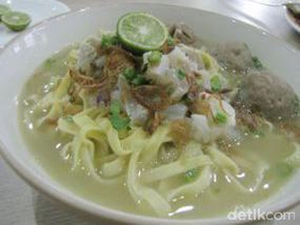 Mie Kocok Bandung di kawasan Cipete ini cukup populer. Kikilnya lembut kenyal dan kuahnya bening dengan rasa gurih enak.Foto: detikfood