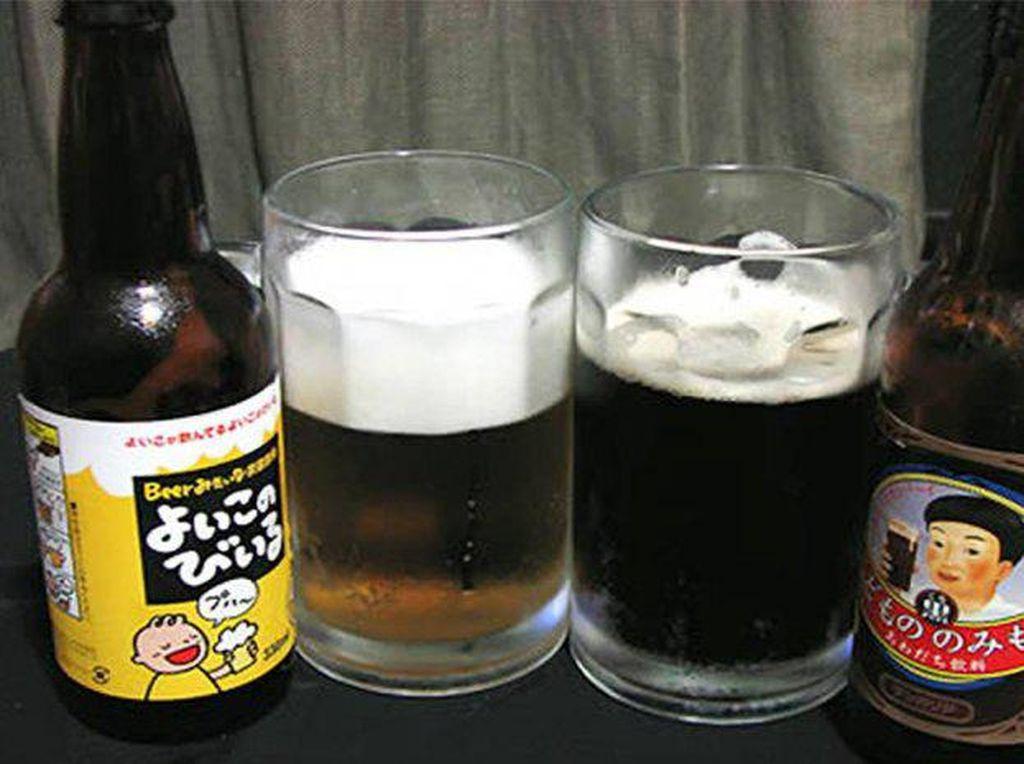 "Minuman bir ini dibuat khusus untuk anak-anak. Minuman bir non allkohol sangat laris di pasaran. Dibuat dari Guarana, tanaman dari Amerika Latin. Minuman ini pada awalnya dijual dengan nama guarana, minuman manis berkarbonasi ini kemudian diubah namanya menjadi ""kidsbeer"". Foto: Istimewa. Foto: Istimewa"