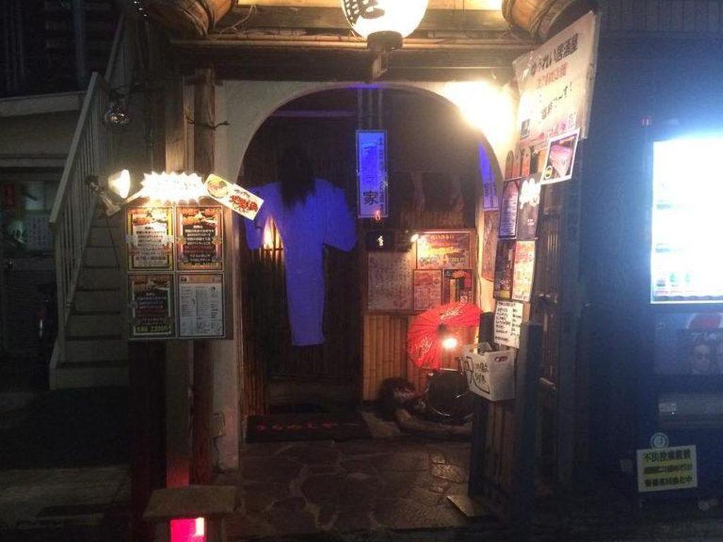 Yurei Izakaya adalah bar bertema hantu yang penuh dengan dekorasi menakutkan. Sama seperti namanya, makanan disini juga dinamai dengan hal mengerikan seperti bloody potato rice. Foto: Istimewa