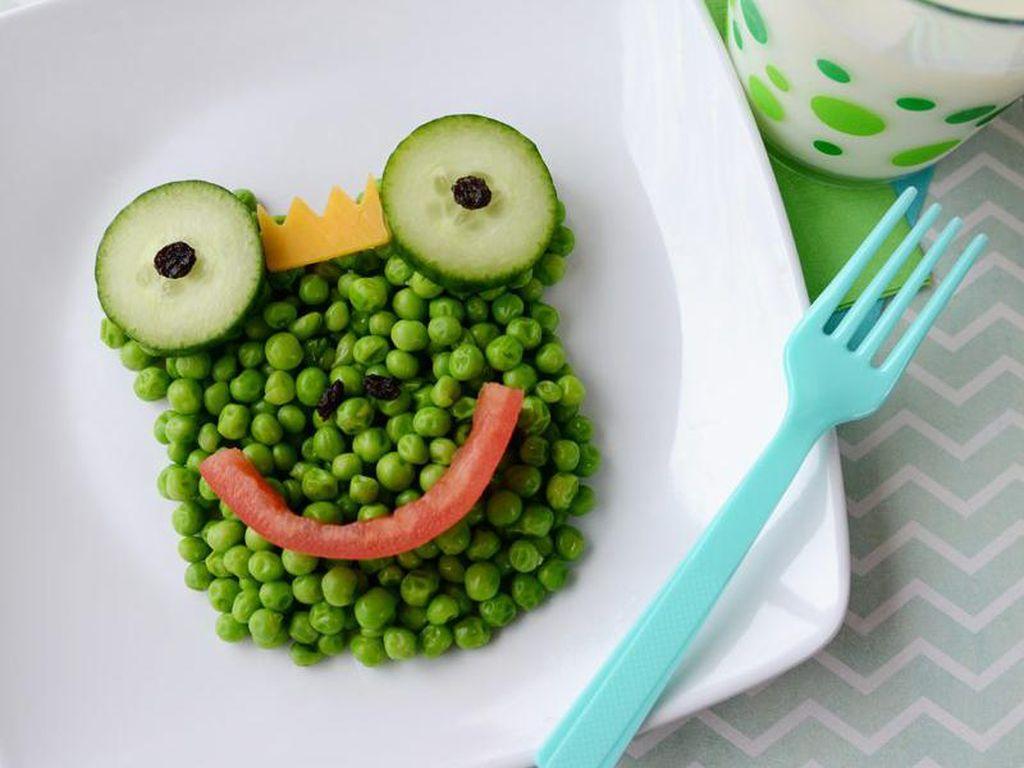 Katak berwarna hijau ini terbuat dari kacang polong, tomat, keju dan mentimun. Yuk, coba bikin di rumah! Foto: Istimewa