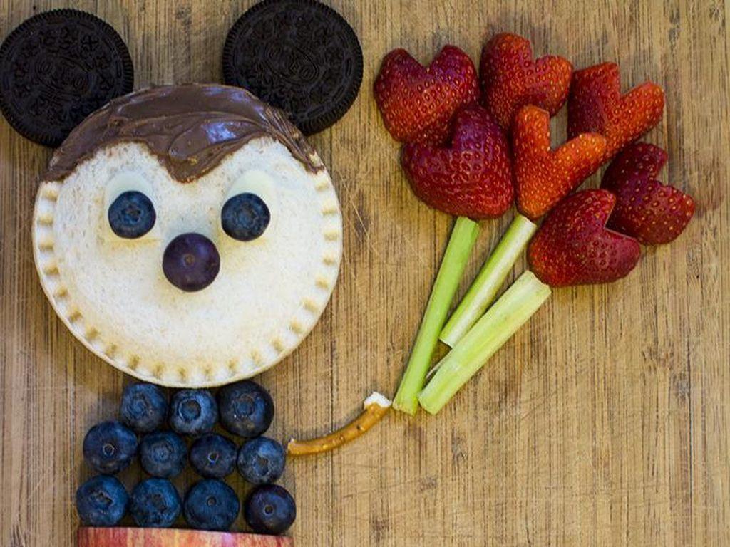 Mickey mousse ini bisa dimakan lho. Rasa enak dan manis, karena dibuat dari roti, buah dan juga biskuit. Foto: Istimewa