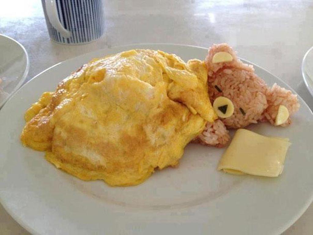 Si kecil pasti tak akan menolak yang satu ini. Nasi yang dibentuk mirip seperti beruang ini dipadu dengan keju dan telur dadar yang mirip seperti selimut. Foto: Istimewa
