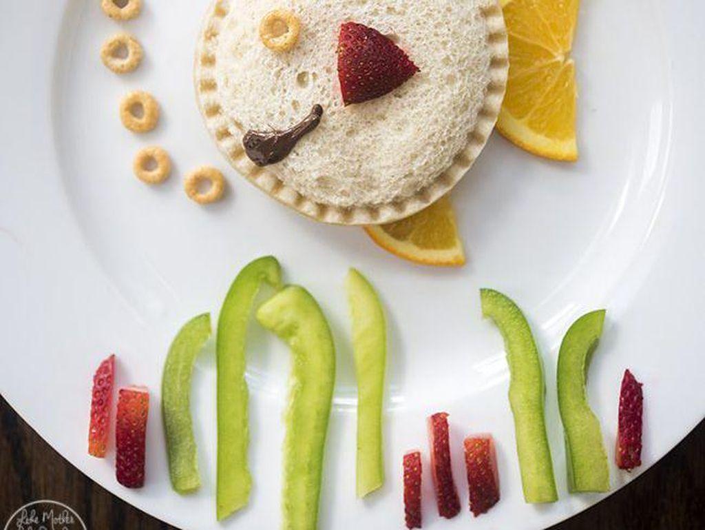 Masih berbahan roti, dibentuk menjadi ikan lengkap dengan ekor, sirip, mulut dan mata yang dibuat dengan potongan buah jeruk, strawberry hingga sereal. Foto: Istimewa