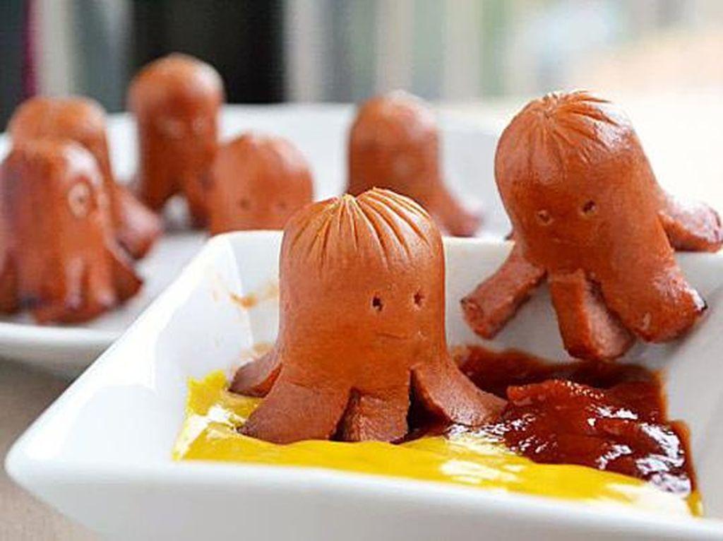 Sosis ini bentuknya seperti octopus yang sedang main di atas lumuran saus keju dan saus sambal. Foto: Istimewa