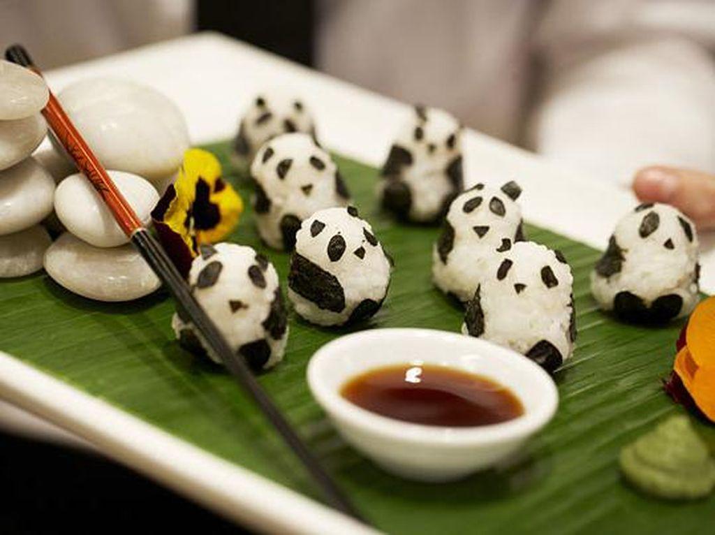 Dijamin gemas! Bola-bola nasi ini bentuknya justru seperti kumpulan panda. Cukup siapkan nasi hangat dan nori kemudian bentuk seperti ini dan nikmati dengan isian ayam atau ikan serta celupan saus sushi. Foto: Istimewa