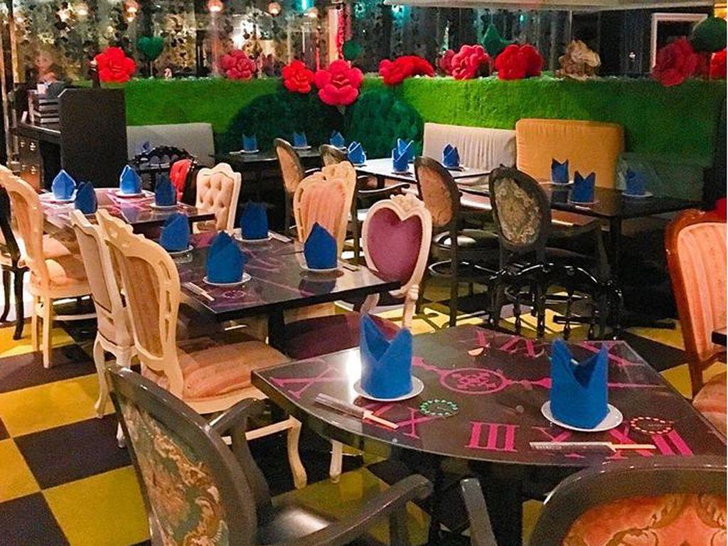 Alice in Fantasy Book terinspirasi dari Alice in Wonderland yang mewujudkan keseluruhan konsep ceritanya, mulai dari interior hingga hidangan dan makanan penutup yang mereka sajikan. Foto: Istimewa