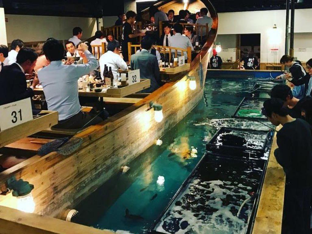 Di Zauo Fishing Restaurant Anda bisa makan di atas kapal kayu besar di tengah air. Tapi, sebelum makan, pelanggan harus mencari terlebih dahulu ikan yang ingin dimakan. Foto: Istimewa