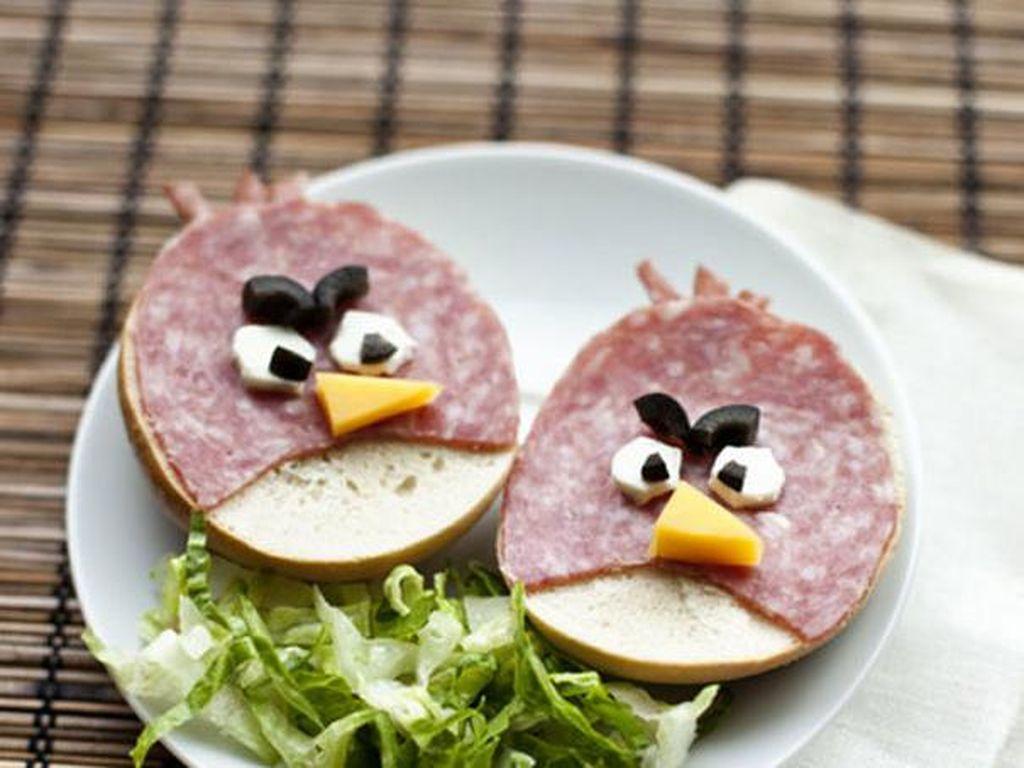 Angry bird ini adalah burger. roti bun yang di atasnya diberi lembaran smoked beef kemduian dihias dengan potongan buah zaitun, putih telur dan juga keju. Hias dengan selada agar makin bagus. Foto: Istimewa