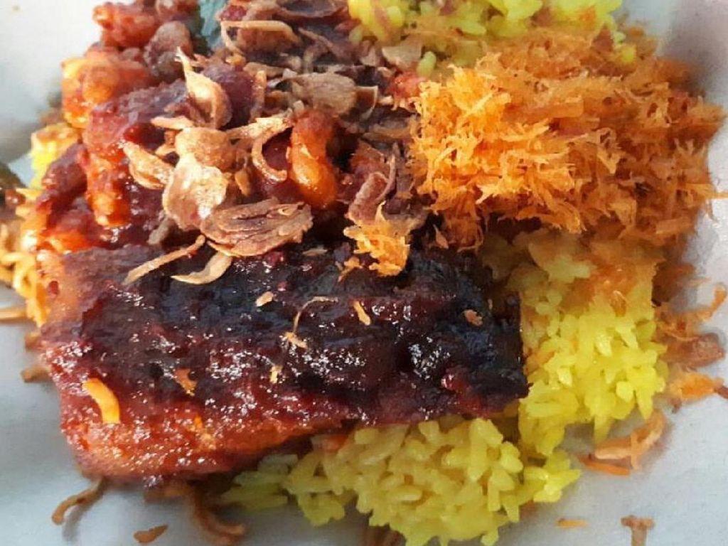 Nasi tuning Banjar ini memakai lauk sambal goreng hati yang gurih dan pedas menyengat. Atau pakai ayam dan ikan yang dimasak habang. Dijamin puas!Foto: Istimewa
