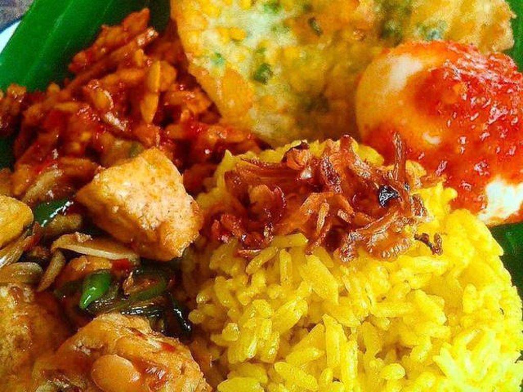 Di rumah makan Encim Gendut, Lampung juga ada nasi kuning sedap. Lauknya telur balado, bakwan jagung, kering tempe dan sambal. Sedap!Foto: Istimewa