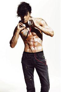 Se7en, seorang penyanyi sekaligus aktor yang pernah memerankan film 'The Voice' juga punya otot yang bikin para wanita meleleh. Ini dapatkan dari hobinya bermain golf, berenang, dan juga rentetan olahraga lainnya. (Foto: Pinterest)