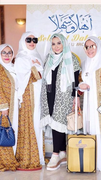 Foto: Gaya Manja Syahrini Saat Umrah Bersama First Travel