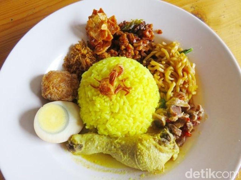 Di kawasan Tangerang kota ada rumah makan SemLo (Semarang Solo) dengan racikan nasi kuning yang pulen. Lauknya opor ayam, bakmi goreng, kering tempe, perkedel dan telurFoto: detikcom