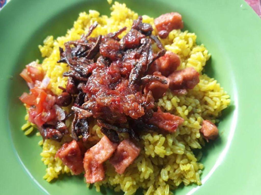 Nasi kuning buatan Maida di Ende ini punya andalan lauk sambal teri yang renyah dan super pedas. Cocok disuap dengan nasi kuning yang pulen wangi.Foto: Istimewa