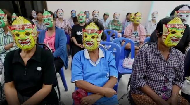 Foto Para Pasien dan Dokter yang Memakai Topeng Saat Pap Smear