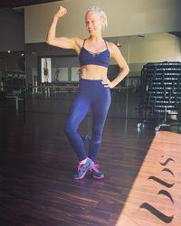 Tak hanya perut sixpack, Simone juga memiliki otot lengan yang sempurna. Padahal dalam latihannya, ia tidak pernah mengangkat beban lebih dari 4,5 kg. (Foto: instagram/bodybysimone)