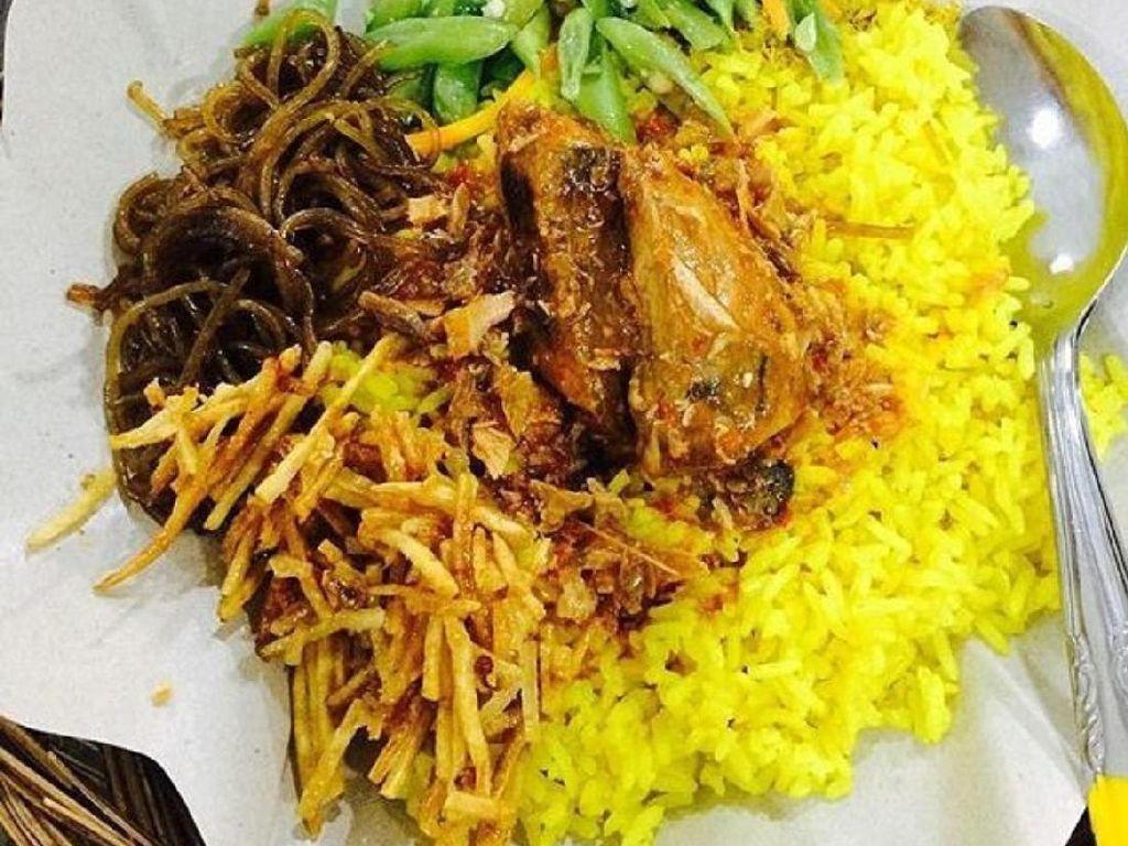 Racikan nasi kuning Ambon ini memakai buncis tumis yang renyah gurih. Kering kentang dan ayam yang berbumbu gurih jadi pelengkap yang pas.Foto: Istimewa