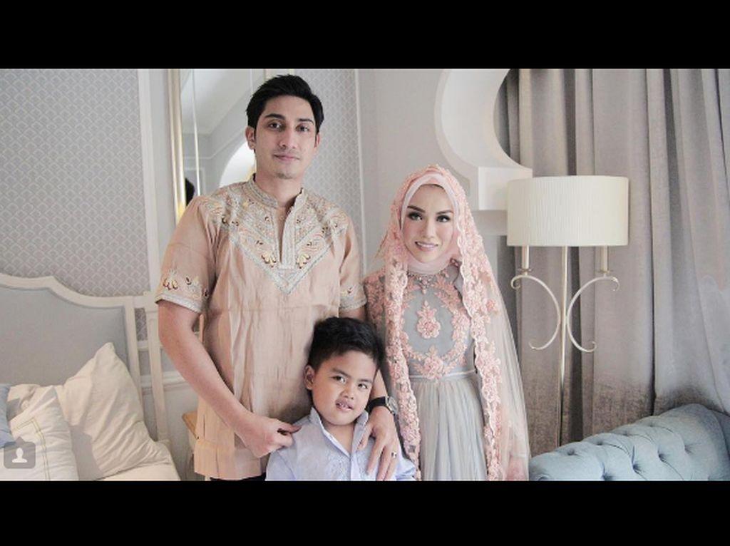 Foto-foto Kemesraan Miliuner Berhijab Medina Zein dan Adik Ayu Azhari