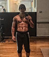 Dalam laman instagramnya, Iko kerap menampilkan tubuhnya yang berotot dan perutnya yang sixpack. (Foto: instagram/@iko.uwais)