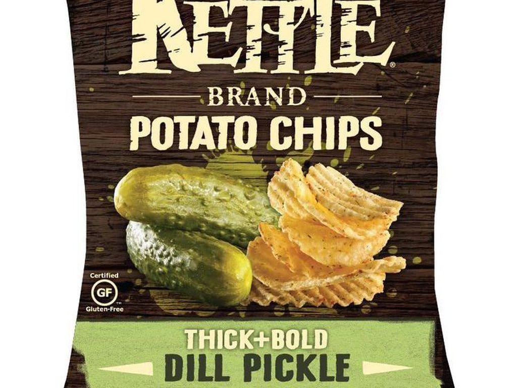 Kettle Brand Thick + Bold Dill Pickle Chips ini memiliki rasa acar. Rasanya yang tajam, asin, asam menambah rasa enak pada keripik bergerigi tebal ini.