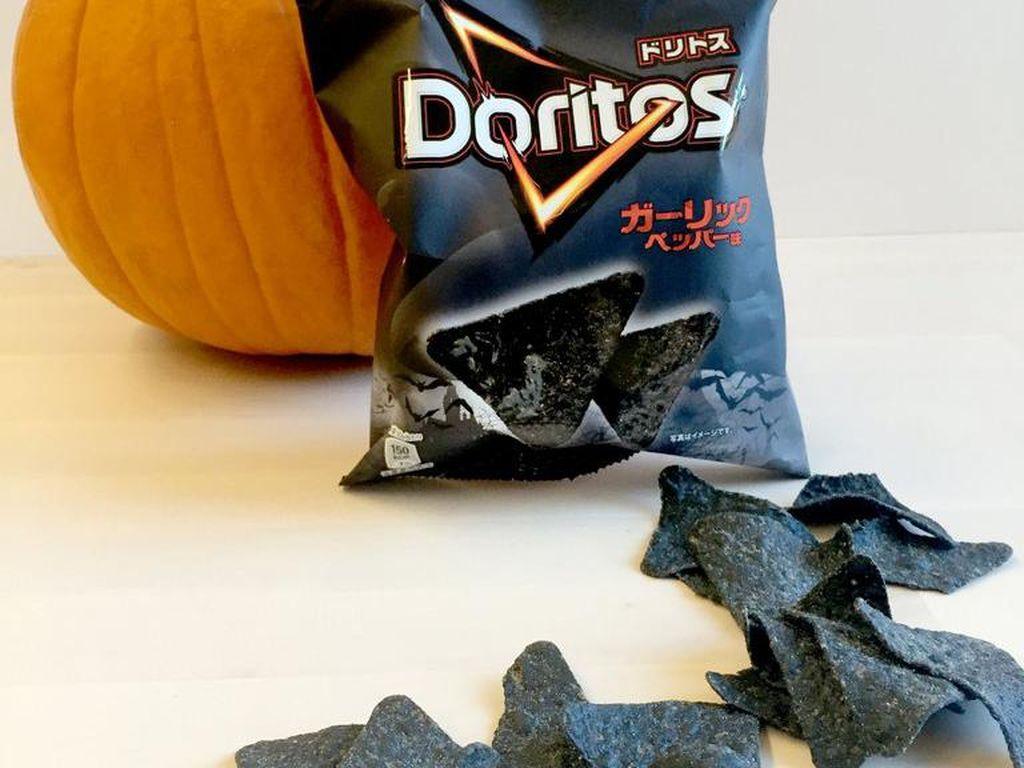 Seperti namanya, Black Garlic Doritos memiliki aroma kuat bawang putih. Keripik hitam yang tampak menyeramkan ini menjadi camilan sempurna saat Halloween tiba.