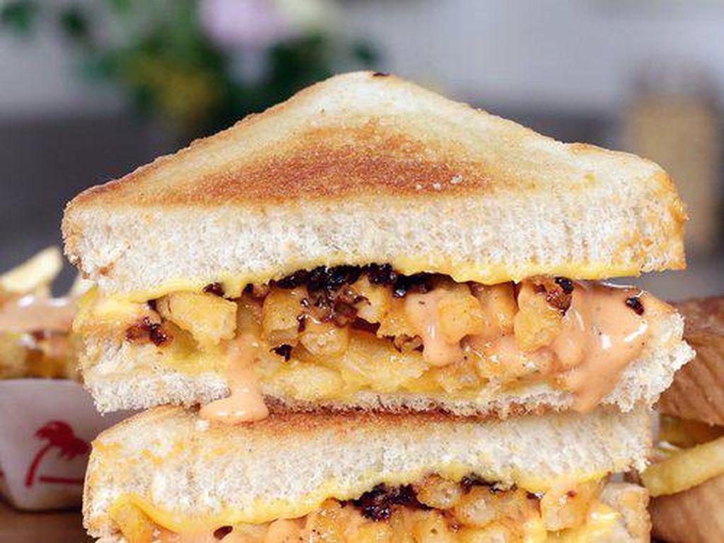 Animal Style In-N-Out Grilled Cheese adalah keju dengan rasa menakjubkan yang menggabungkan enaknya kentang goreng dengan keju.