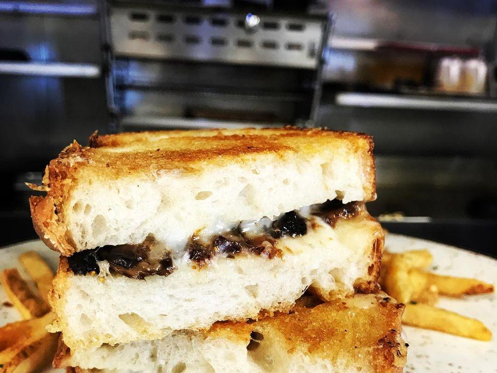 Truffle and Fig Jam Grilled Cheese yang satu ini dibuat dengan isi jamur, buah fig dan tentu saja keju yang meleleh.