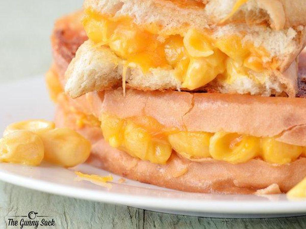 Dari tampilannya saja, Mac n Cheese Grilled Cheese terlihat sangat menggiurkan. Keju panggang yang satu ini dibuat dengan isi macaroni dan keju meleleh.