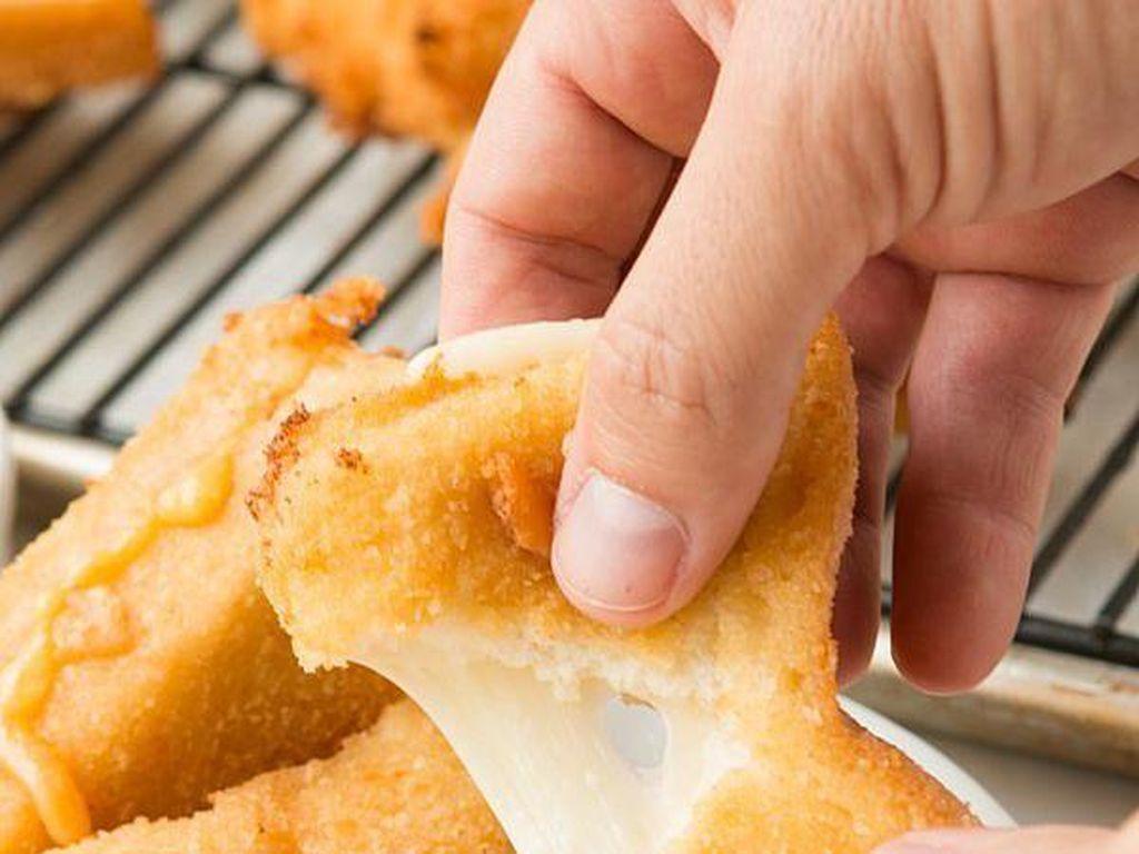 Fried Grilled Cheese Bites merupakan keju panggang goreng yang renyah diluar dan meleleh di dalam. Keju panggang yang satu ini mudah dibuat di rumah.