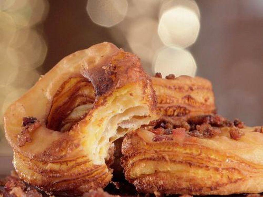 Bacon-Covered Grilled Cheese Cronuts dikenal juga sebagai croissant dengan donat. Keju panggang dengan daging bacon ini akan membuat Anda terpesona.