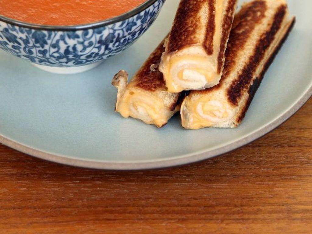 Grilled Cheese Roll-Ups merupakan keju panggang dengan versi digulung. Tidak hanya asyik untuk dibuat, gigitan keju panggang ini juga sangat enak.