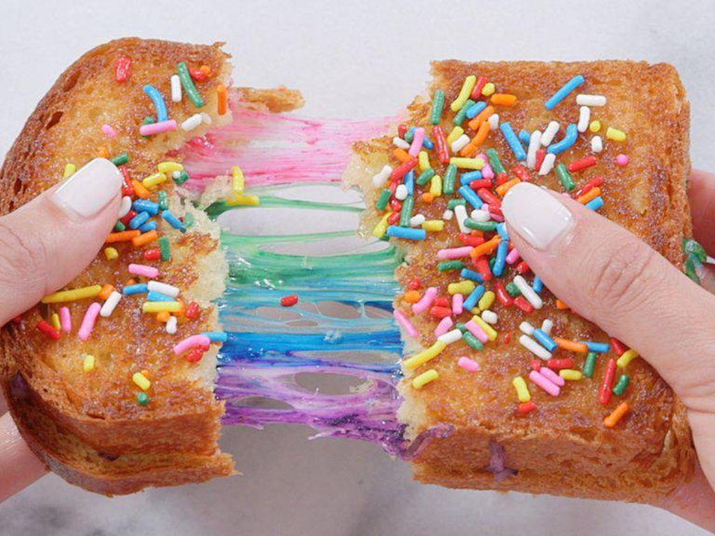 Jika ingin merasakan tren makanan pelangi, Rainbow Grilled Cheese berwarna-warni cantik ini tidak akan membuat Anda menyesal saat menikmatinya.