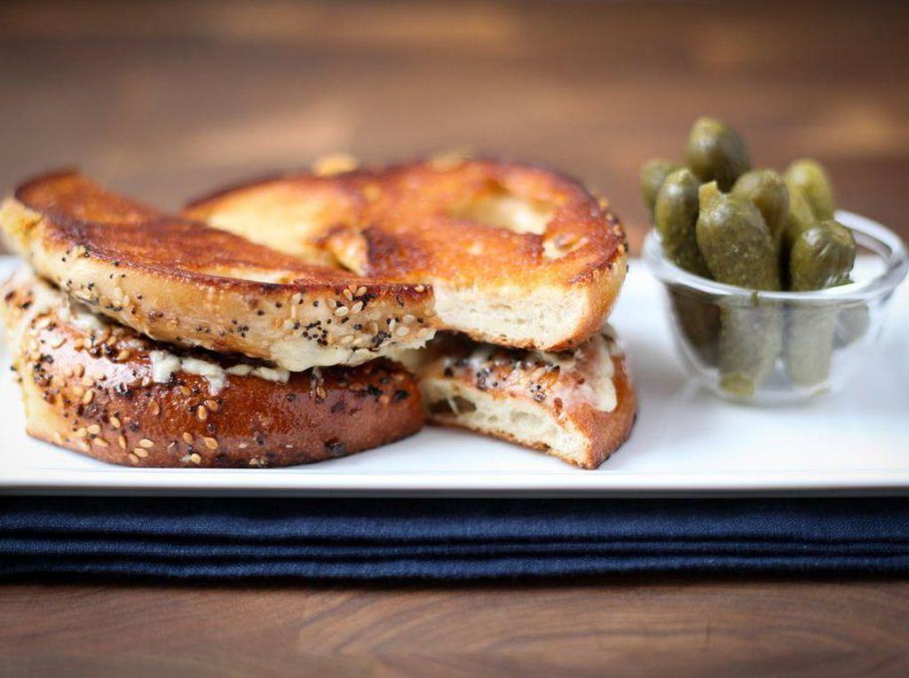 Everything-Bagel Grilled Cheese merupakan keju panggang yang dibuat dengan bagel yang menempel dengan keju di dalamnya.