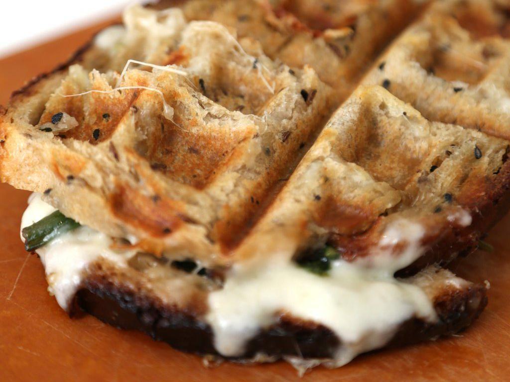 Waffle Iron Grilled Cheese dibuat menyerupai waffle berisi keju meleleh. Keju panggang ini dibuat dengan menggunakan cetakan kue waffle.