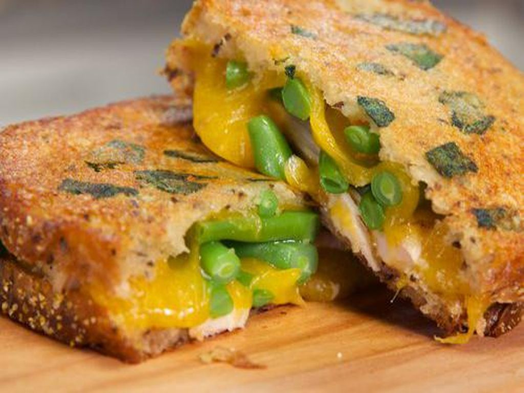 Thanksgiving Leftovers Grilled Cheese merupakan salah satu keju panggang terbaik dengan selai cranberry, bawang merah goreng, keju melelh, kacang hijau, dan masih banyak lagi.